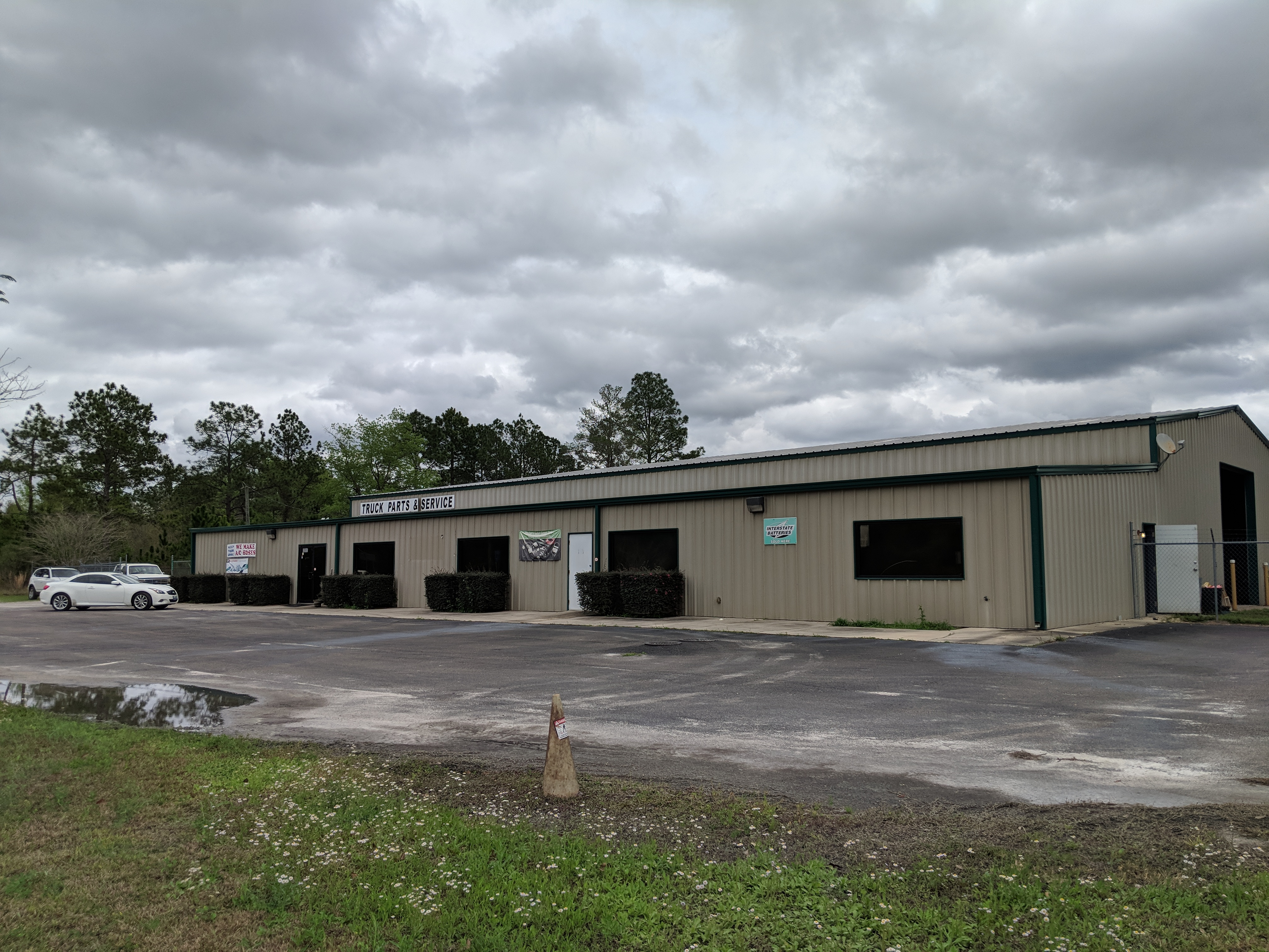 Well maintained 9600 SF office/retail truck/diesel/ auto parts facility